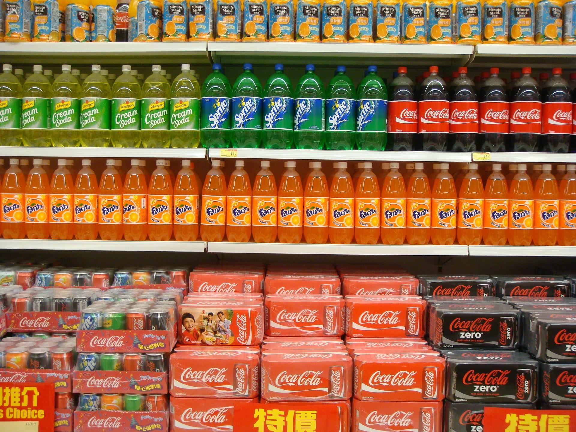 Ceny w górę, sprzedaż w dół – rynek napojów gazowanych po wprowadzeniu opłaty cukrowej