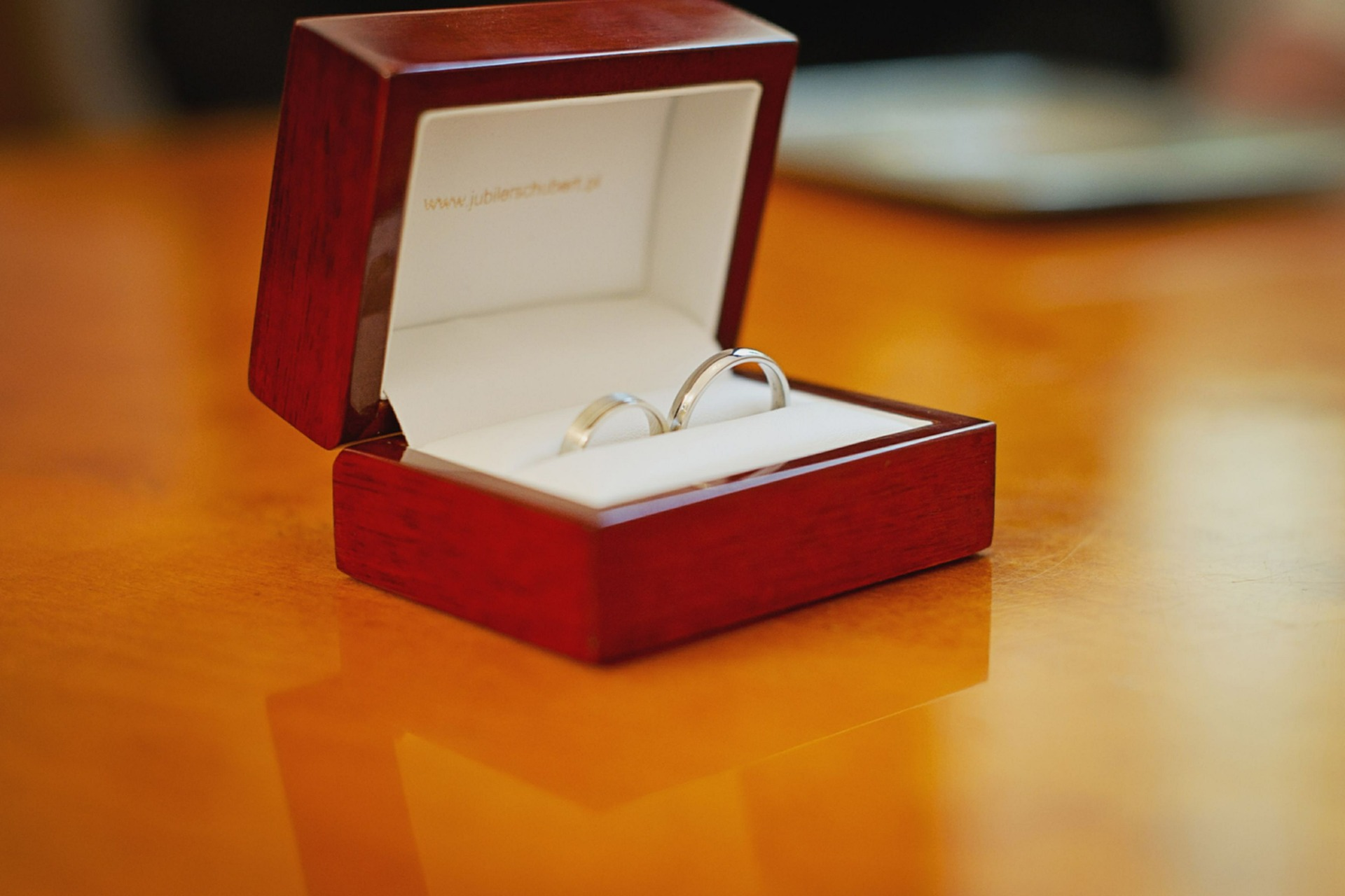 Przy wyborze ślubnej biżuterii pary pozwalają sobie na większą ekstrawagancję