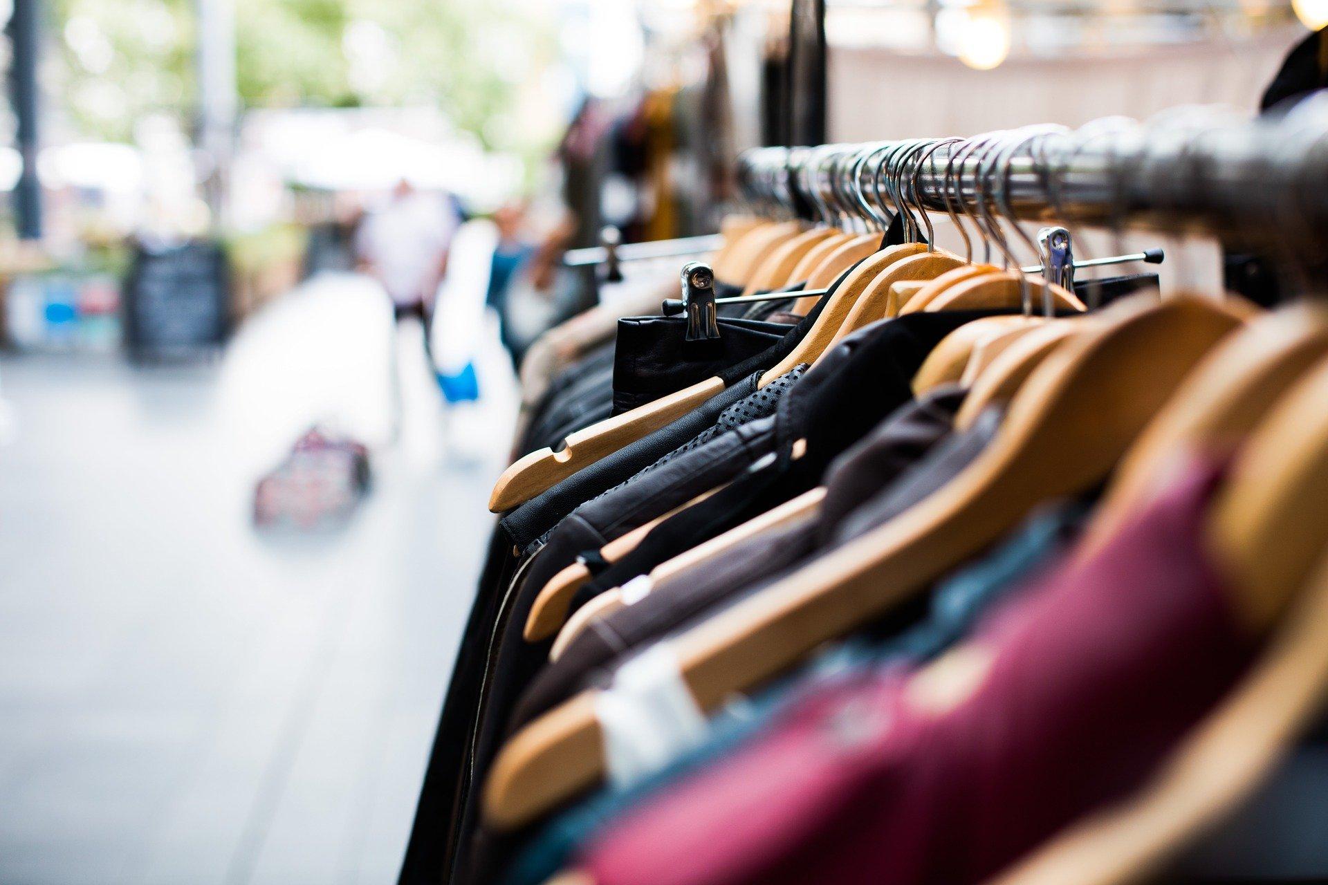 Poznaniacy szukają alternatyw dla podróbek  i częściej wybierają odzież używaną