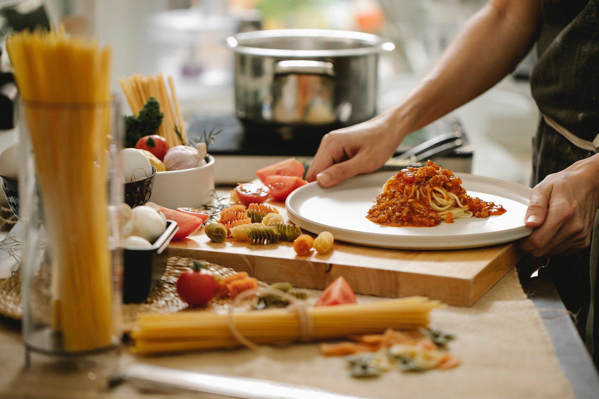 Gotowanie jako sposób na oszczędzanie pieniędzy i czasu